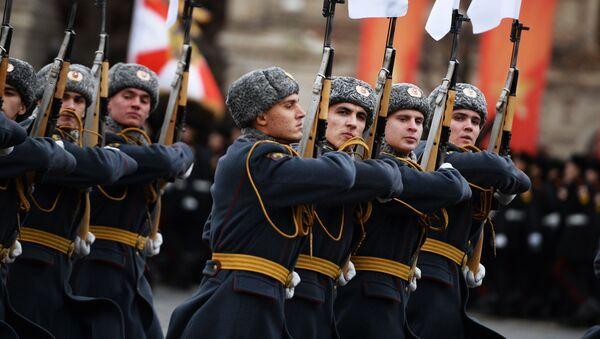 Uroczysta defilada na Placu Czerwonym 7 listopada 2017 roku - Sputnik Polska