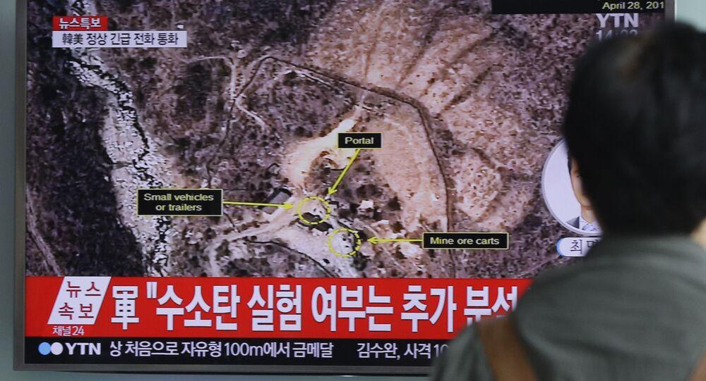 Mężczyzna ogląda w telewizorze próbę broni jądrowej w KRLD