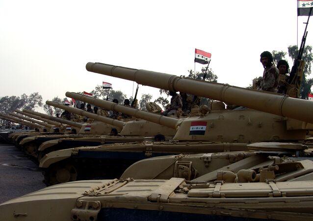 Czołg T-72 produkcji radzieckiej w obozie wojskowym w Iraku