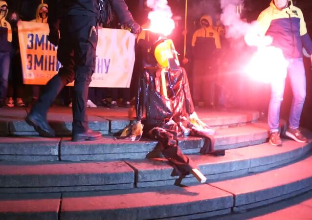 Grupa nacjonalistów spaliła w Kijowie kukłę Lenina