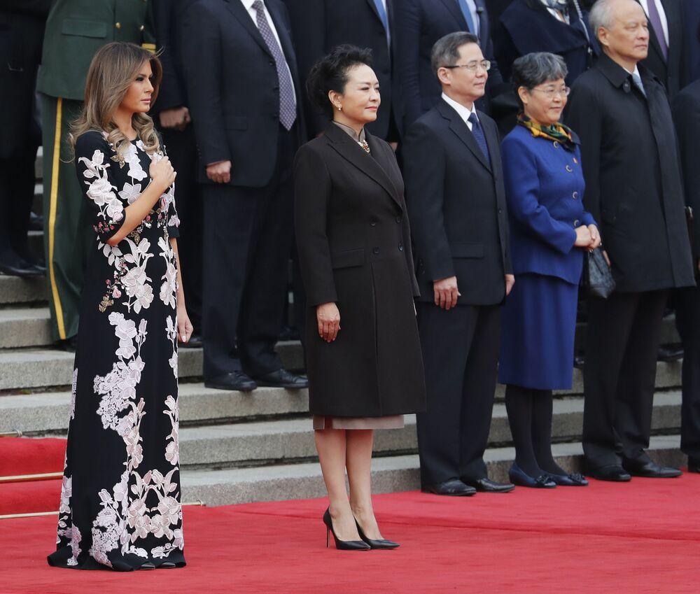 Melania Trump i Peng Liyuan na powitalnej ceremonii w Pekinie