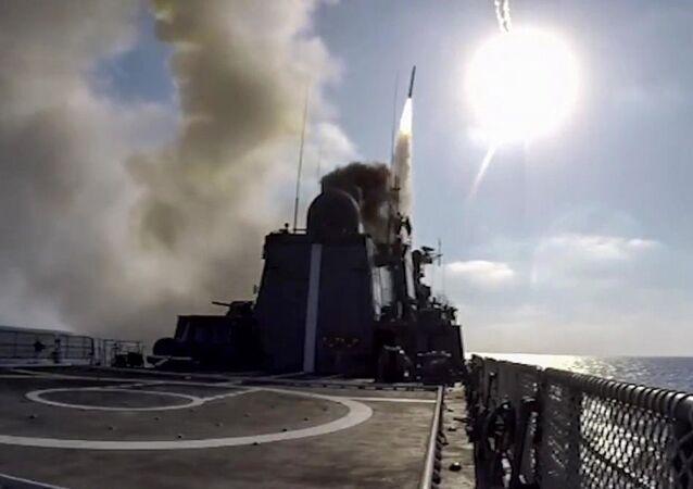 Wystrzelenie pocisku manewrującego Kalibr z pokładu fregaty Admirał Essen