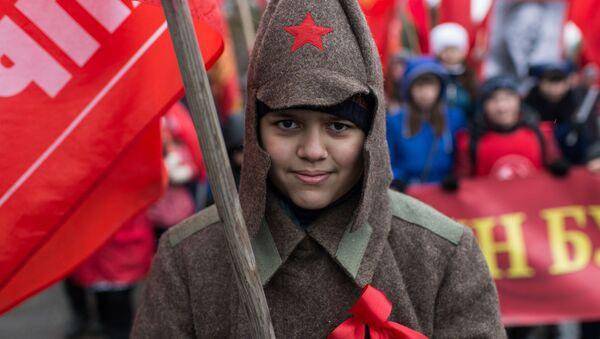 Uczestniczka pochodu poświęconego 98. rocznicy wielkiej rewolucji październikowej - Sputnik Polska