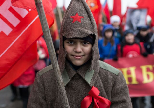 Uczestniczka pochodu poświęconego 98. rocznicy wielkiej rewolucji październikowej