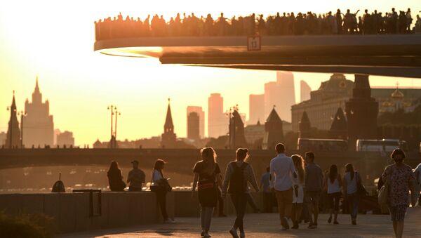 Most w parku Zarjadje. Moskwa - Sputnik Polska