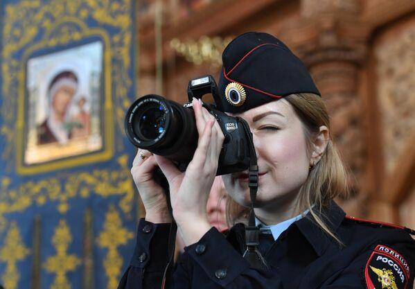 Policjanci w Soborze Zaśnięcia Matki Bożej w Astrachaniu. - Sputnik Polska