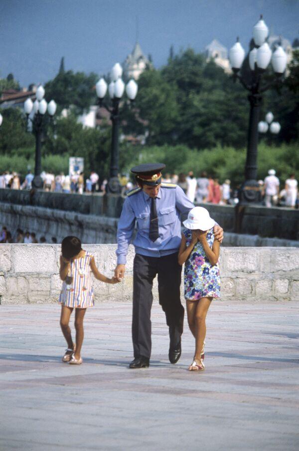 Policjant z zaginionymi dziećmi na nabrzeżu Jałty. 1984 rok. - Sputnik Polska