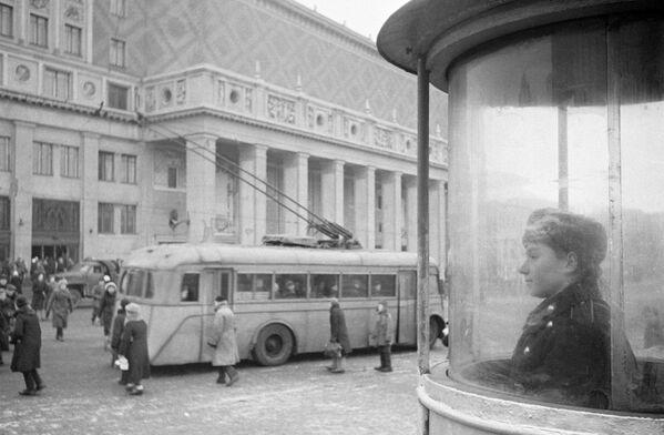 Butka policjanta kierującego ruchem drogowym na Placu Triumfalnym w Moskwie. 1945 rok. - Sputnik Polska