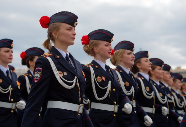 Kursanci policji podczas próby generalnej parady zwycięstwa na Placu Pałacowym w Petersburgu. 2017 rok. - Sputnik Polska