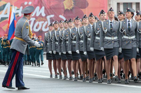Funkcjonariuszki MSW Rosji podczas próby generalnej parady z okazji 66. rocznicy zwycięstwa w II wojnie światowej na Placu Pałacowym w Petersburgu.  2011 rok. - Sputnik Polska