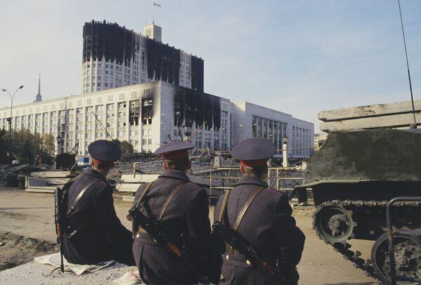 Milicjanci przed Domem Rad po zakończeniu szturmu. 1993. - Sputnik Polska