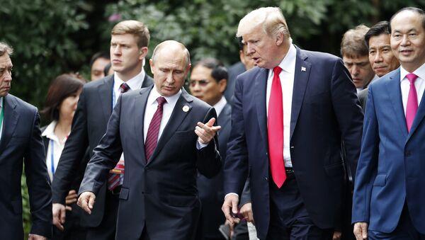 Prezydenci Rosji i USA, Władimir Putin i Donald Trump, na szczycie APEC w wietnamskim Danang - Sputnik Polska