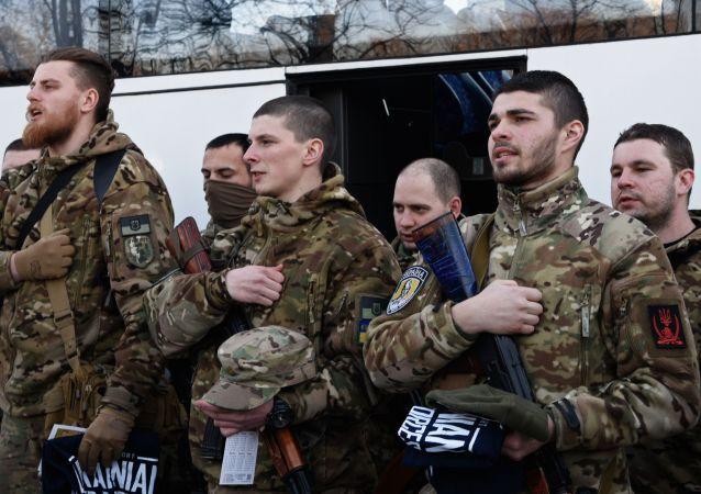 Bojownicy batalionu Sicz przed wyjazdem do Donbasu
