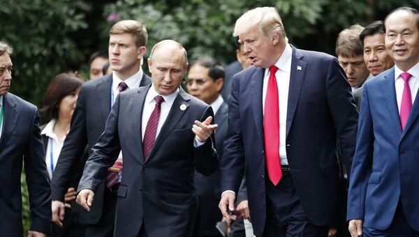Prezydent Rosji Władimir Putin i prezydent USA Donald Trump na szczycie APEC we Wietnamie - Sputnik Polska