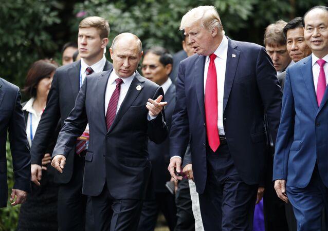 Prezydent Rosji Władimir Putin i prezydent USA Donald Trump na szczycie APEC we Wietnamie