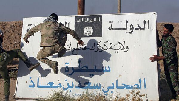 Iraccy wojskowi niszczą tablicę z flagą Daesh, Irak - Sputnik Polska