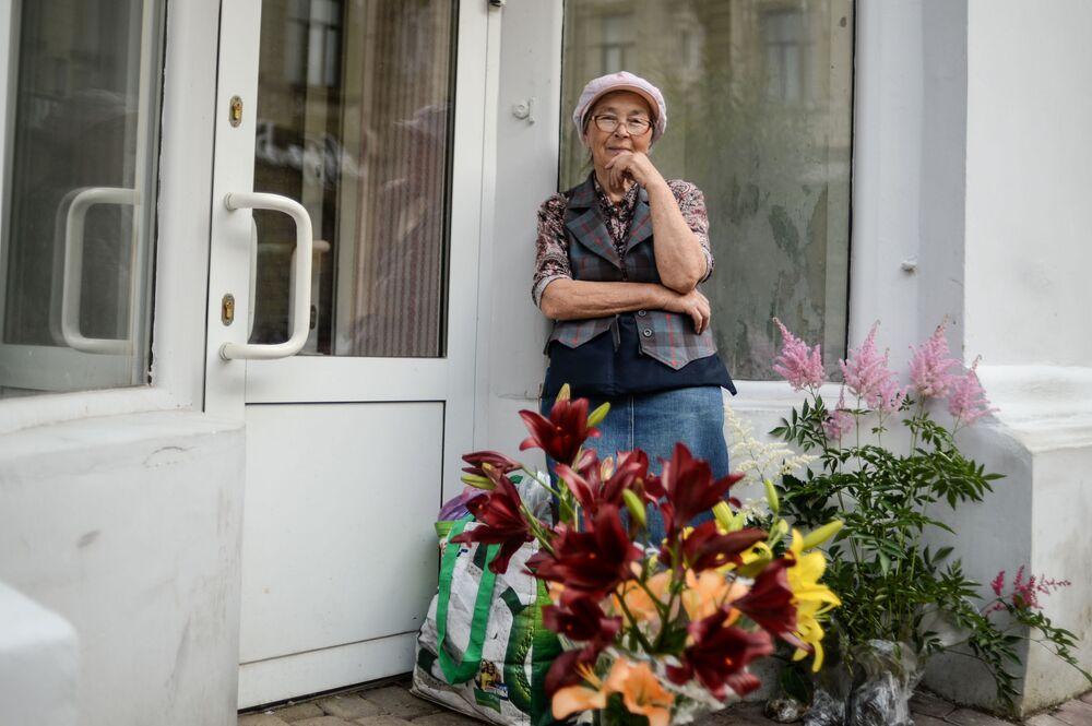 Sprzedawczyni kwiatów na ulicy w Niżnym Nowogrodzie