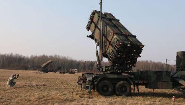 Amerykańscy wojskowi VII pułku obrony przeciwlotniczej rozmieszczają system rakietowy Patriot na poligonie w Polsce - Sputnik Polska