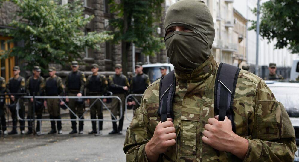Zwolennicy Prawego Sektora podczas bezterminowej akcji protestacyjnej pod budynkiem administracji prezydenta Ukrainy w Kijowie