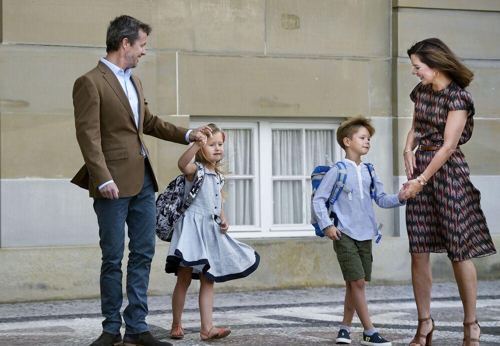 Książę koronny Danii Fryderyk z małżonką Marią i dziećmi