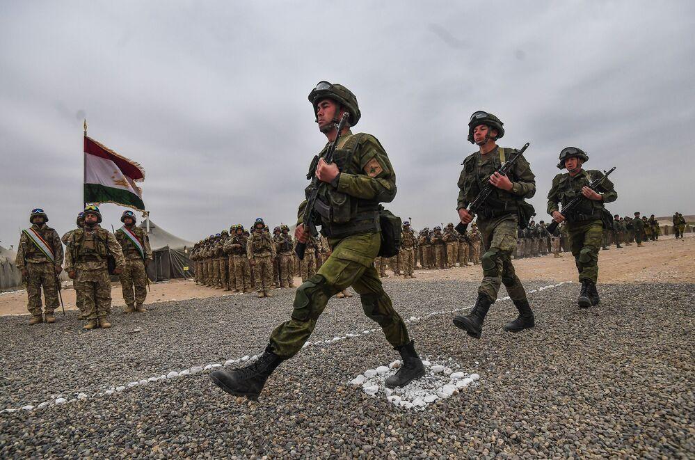 Żołnierze podczas ceremonii otwarcia antyterrorystycznych ćwiczeń Kolektywnych Sił Szybkiego Reagowania (KSOR) państw członkowskich OUBZ na poligonie Harbmaydon w Tadżykistanie