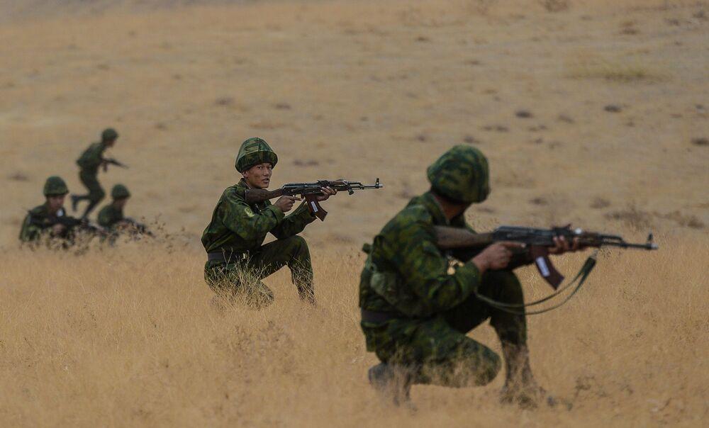 Żołnierze podczas ćwiczeń antyterrorystycznych ćwiczeń Kolektywnych Sił Szybkiego Reagowania (KSOR) państw członkowskich OUBZ na poligonie Harbmaydon w Tadżykistanie