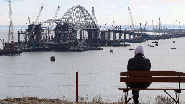 Instalacja łuku drogowego w procesie budowy Mostu przez Cieśninę Kerczeńską - Sputnik Polska