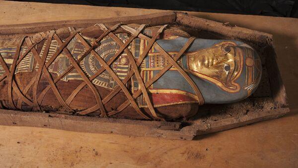 Pierś mumii, odkrytej w rejonie starożytnego cmentarza, została udekorowana wizerunkiem boginii Izydy. - Sputnik Polska