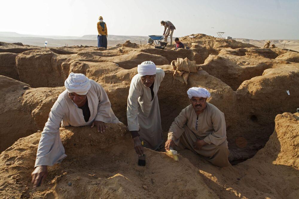 Naukowcy od ponad 7 lat prowadzą wykopaliska w starożytnej nekropolii, na miejscu której zbudowano koptyjski klasztor Dejr el-Banat. Ten rejon zaczęli badać egipscy archeolodzy, ale obecnie ich prace kontynuują rosyjscy specjaliści.