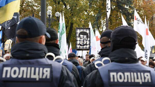 Funkcjonaiursze policji i protestujący - Sputnik Polska