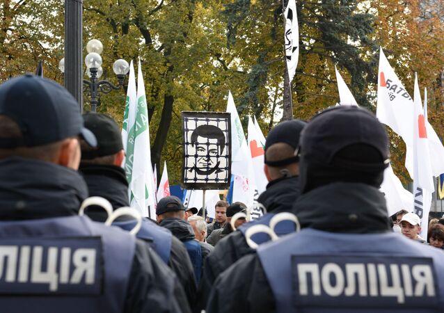 Funkcjonaiursze policji i protestujący