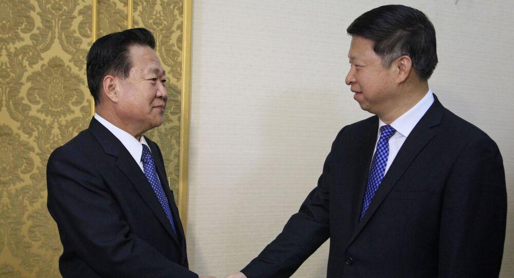 Wiceprzewodniczący Centralnego Komitetu Partii Pracy Korei Choe Ryong Hae i szef Wydziału Łączności Międzynarodowej Komitetu Centralnego Komunistycznej Partii Chin Song Tao