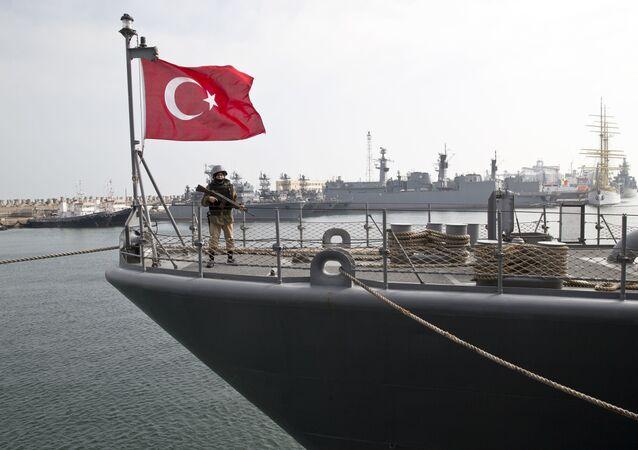 Turecki wojskowy na pokładzie fregaty TCG Turgutreis podczas ćwiczeń NATO. Zdjęcie archiwalne