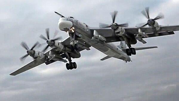 Bombowiec strategiczny TU-95MS z pociskami manewrującymi Ch-101 - Sputnik Polska