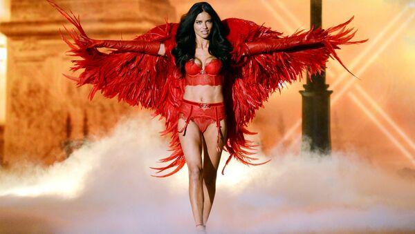 Modelka Adriana Lima na pokazie Victoria's Secret Fashion w Nowym Jorku - Sputnik Polska