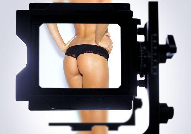 Kobiece pośladki w obiektywie aparatu