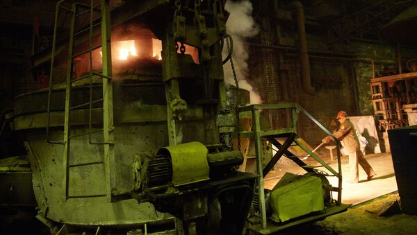 Pracownicy w odlewni Kurgańskiej Fabryki Maszyn w miejscowości Kurgan - Sputnik Polska