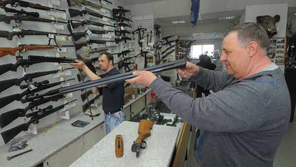 Kupujący w sklepie z bronią - Sputnik Polska