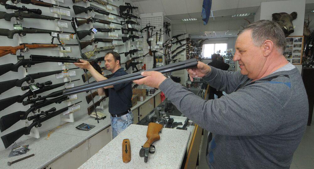 Kupujący w sklepie z bronią