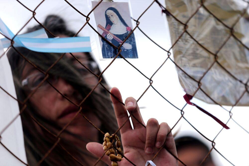 """Ludzie modlą się przy morskiej bazie Mar del Plata podczas poszukiwań okrętu podwodnego """"San Juan"""" w Argentynie"""