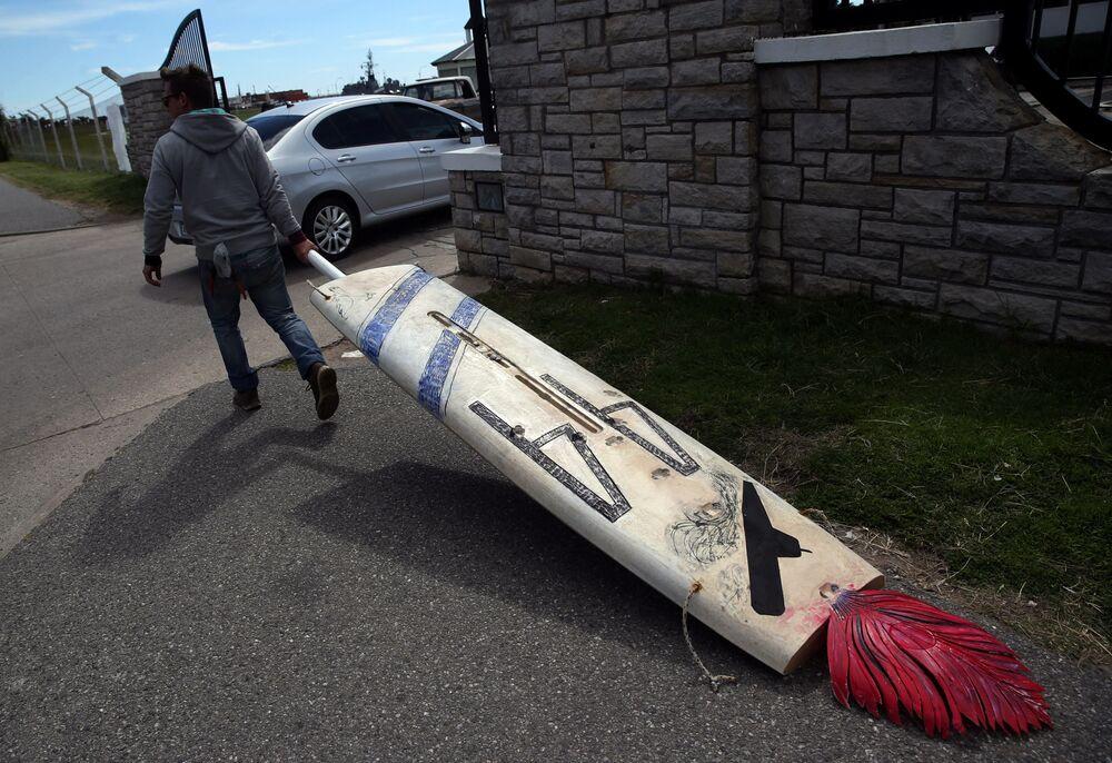 """Federico James pomalował swoją deskę windsurfingową w związku z poszukiwaniami okrętu podwodnego """"San Juan"""" w Argentynie"""