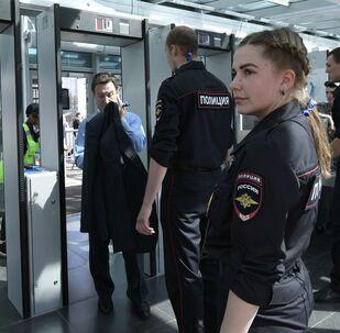 Funkcjonariusze policji kibiców przed meczem otwarcia Pucharu Konfederacji 2017
