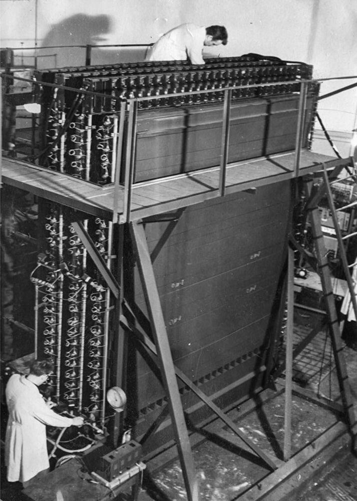 Pracownicy laboratorium przy kalorymetrze, 1964 rok