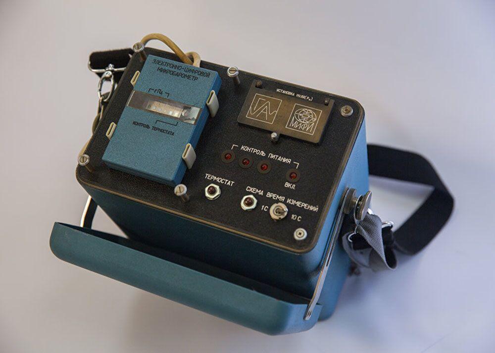 Cyfrowe urządzenie komputerowe do określenia momentu zrzucenia bomby atomowej