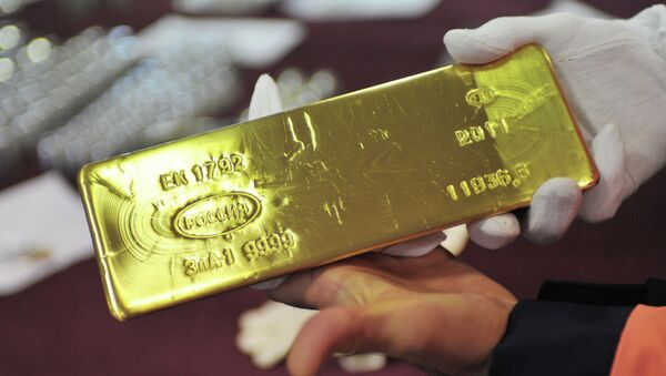 Złota sztabka na hali wypuszczającej półfabrykaty i gotowe produkty w zakładzei przetwórstwa metali kolorowych w Jekaterynburgu - Sputnik Polska