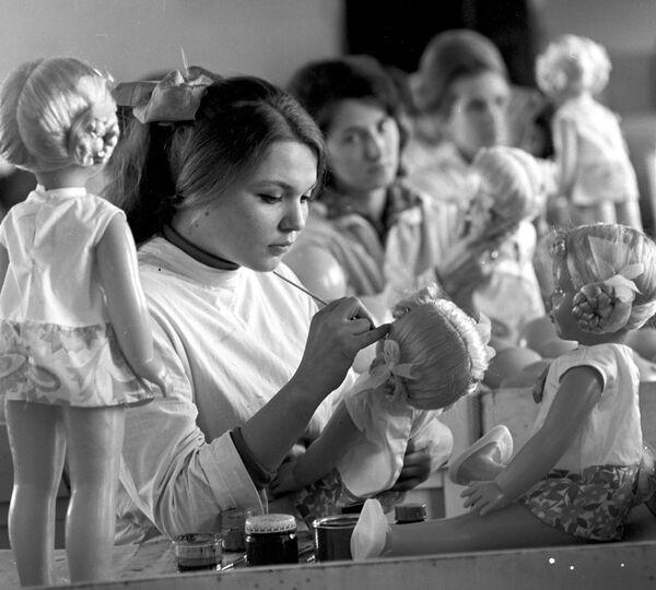 Pracownica Ałma-Atinskoj Fabryki Zabawek. 1971 rok. - Sputnik Polska