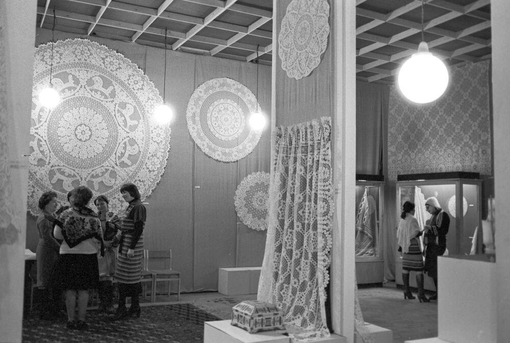 Wystawa koronek i wyrobów z kości Moskiewskiego Instytutu Naukowo-Badawczego Przemysłu Artystycznego w Muzeum Sztuki Ludowej. 1979 rok.
