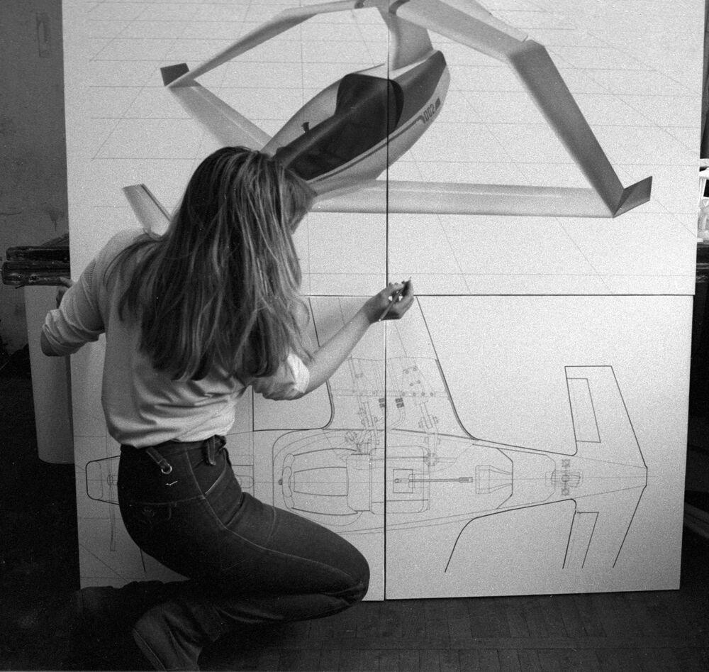 Studentka Moskiewskiej Wyższej Szkoły Sztuki Przemysłowej buduje model ultralekkiego samolotu jednoosobowego.