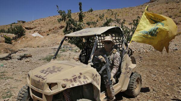 Członek ruchu Hezbollah w pobliżu granicy libańsko-syryjskiej - Sputnik Polska
