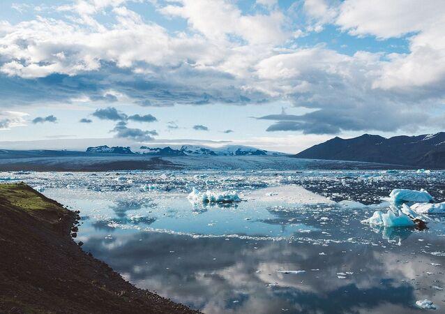 Topniejący lód w Islandii